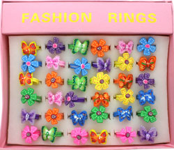 Rings / Box of 36 Plastic butterfly and daisy rings.