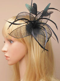 Fascinator / Flora - Clip with mesh and feathers.