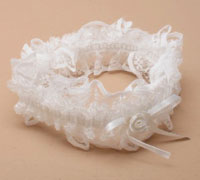 Garter / Ivory lace garter with ribbon bow.