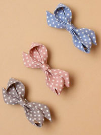 Clip / Spotty fabric french bow on a beak clip.